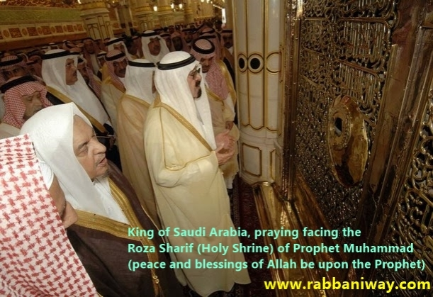 Saudi's King Abdullah  prays close to the tomb of Prophet Mohammad during his visit to the Mosque of Prophet Mohammed in Madinah July 12, 2009.